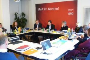 Die Mitglieder der Landesgruppe Schleswig-Holstein der SPD-Bundestagsfraktion im Gespräch mit Ralf Stegner während ihrer Klausurtagung am 27.2.2014 in Kiel