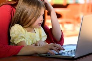 Mädchen am Laptop