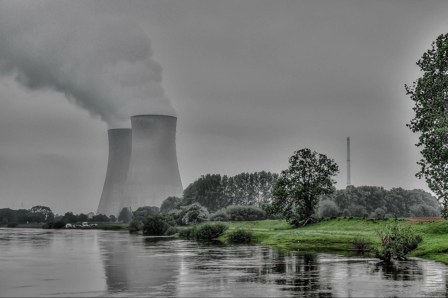 Atomkraftwerk am Fluss
