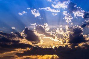 Wolken mit Sonnenschein